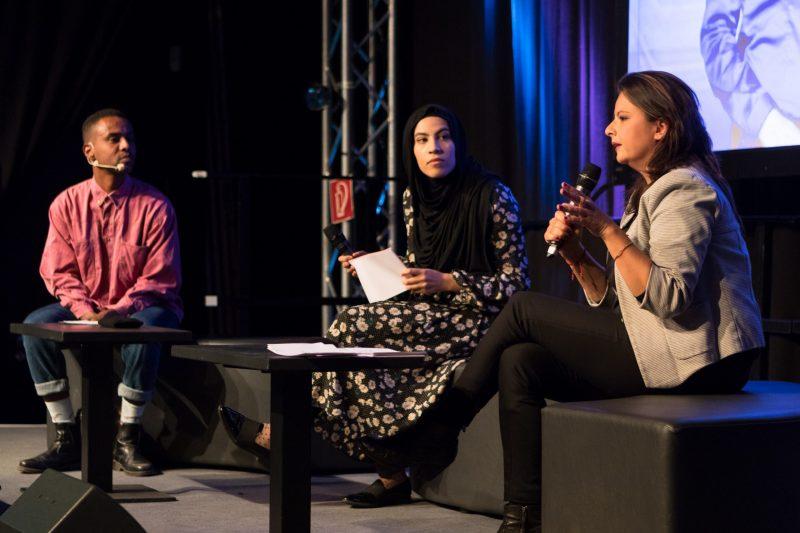 Drei Personen diskutieren auf dem Podium der Fachtagung Bewegtbildung.