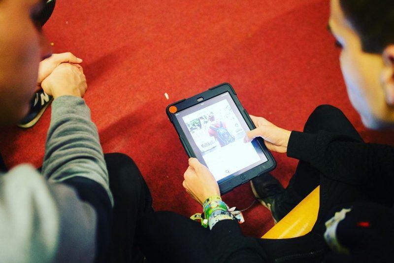Zwei am Workshop teilnehmende Jugendliche arbeiten an einem iPad.