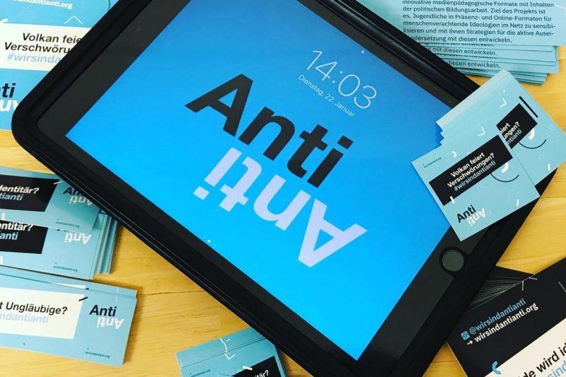 Ein iPad liegt zwischen verschiedenen AntiAnti-Stickern. Auf dem iPad erkennt man das AntiAnti-Logo.