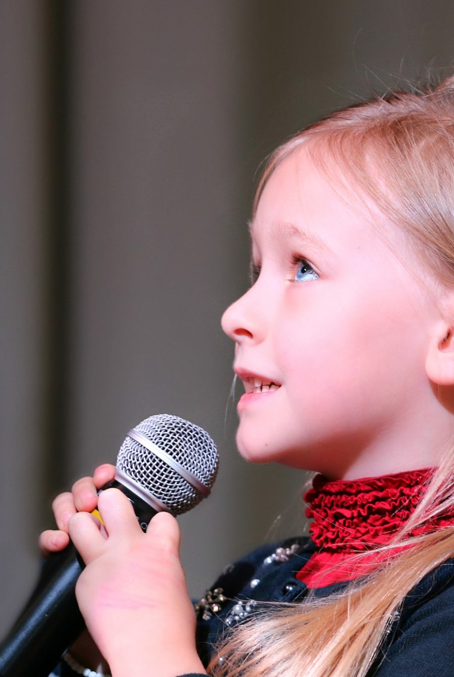 Ein singendes Mädchen mit einem Mikrofon